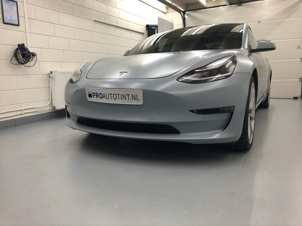 Tesla model 3 gewrapt in battle ship grey 1080